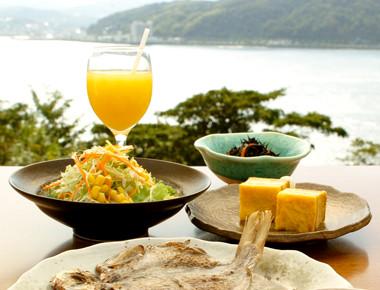 伊東湾を眺めながら食べる朝食