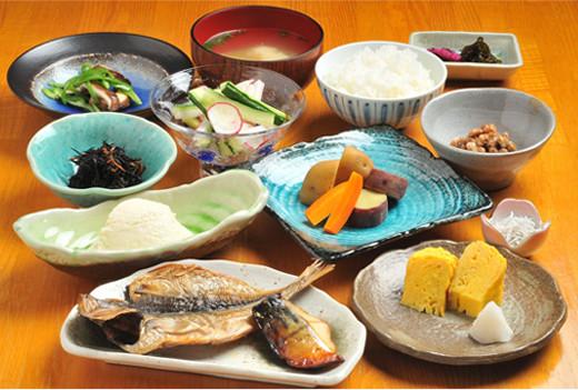 名物の干物に伊豆産の野菜と伊東の名水でふっくら炊き上げたやさしい朝食