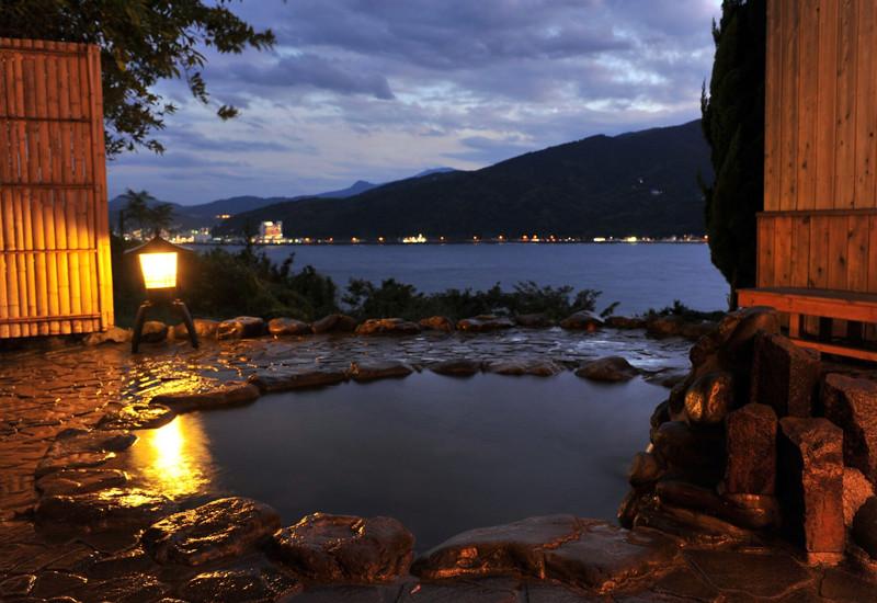 源泉かけ流し絶景露天風呂「結びの湯」から眺める夜景