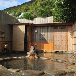 源泉かけ流し絶景露天風呂「結びの湯」の様子