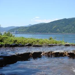 源泉かけ流し絶景露天風呂「結びの湯」から眺める伊東湾