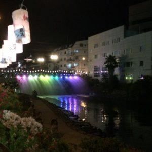 「スタッフ日記」伊東市にある大川橋のレインボーの水のカーテン