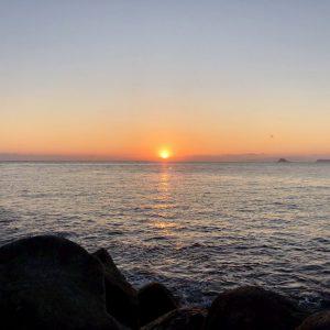 「スタッフ日記」伊豆半島屈指の日の出スポット、宇佐美海岸より初日の出を拝む