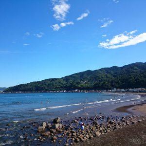 「歩いて8分から15分」宇佐美海水浴場。海デビューに最適ビーチ。